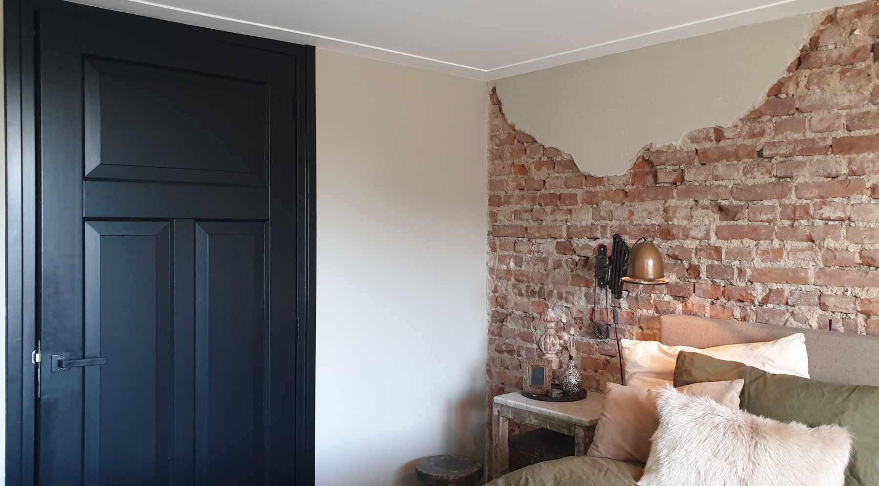 Autenthieke brick wall, ktijtverf sculptura, mat zwarte kozijnen en deuren.