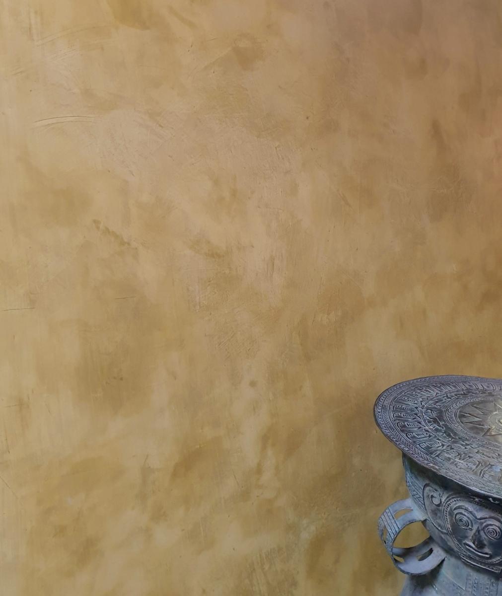 Oker gele kalkverf in spaantechniek, stucco, carte colori