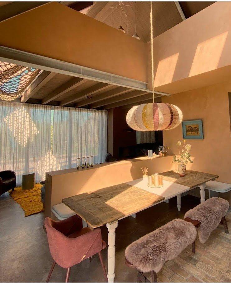 Kalkverf in gewolkte techniek woonkamer in zalm kleur