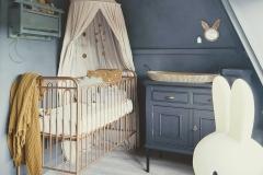 Babykamer-kinderkamer-in-donkerblauwe-kalkverf-betonlook-ink