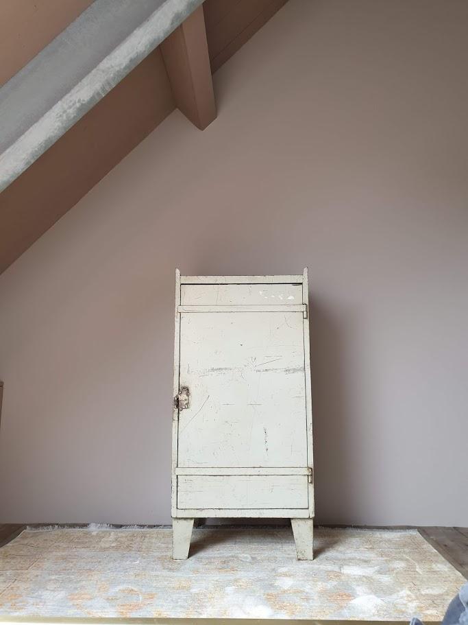 krijtverf in vergrijsde roze kleur old romance op meisjeskamer