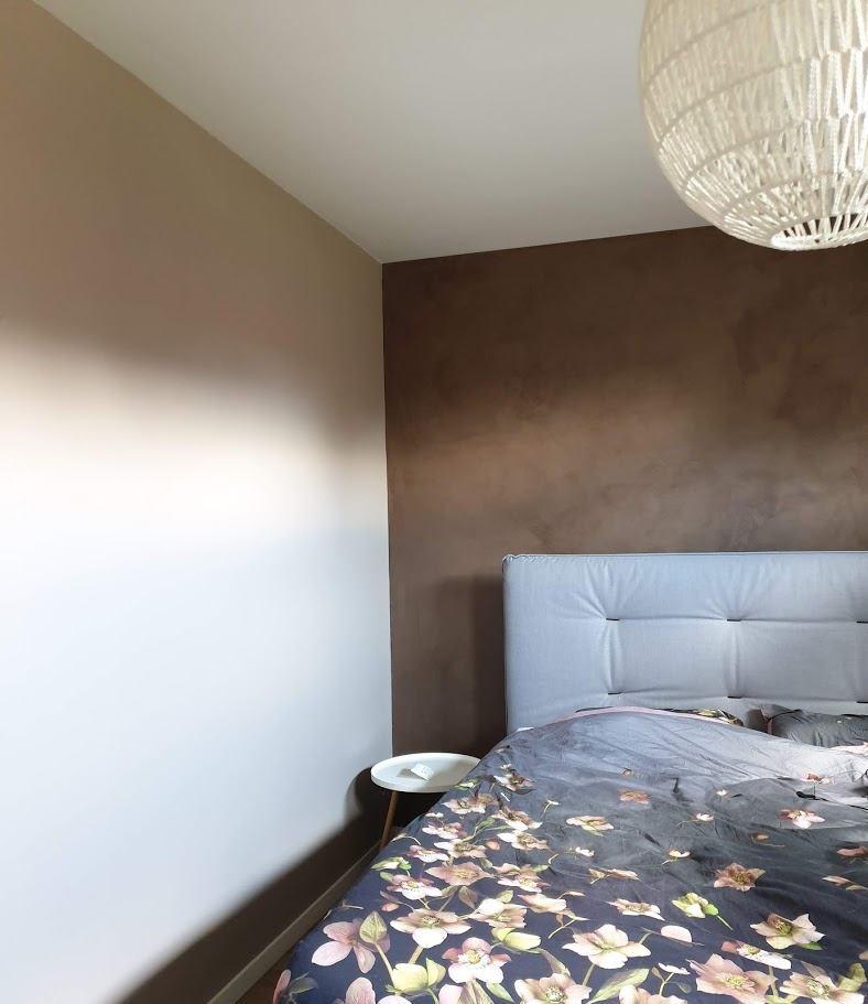 krijtverf  in paars-bruine  kleur rose dust in slaapkamer