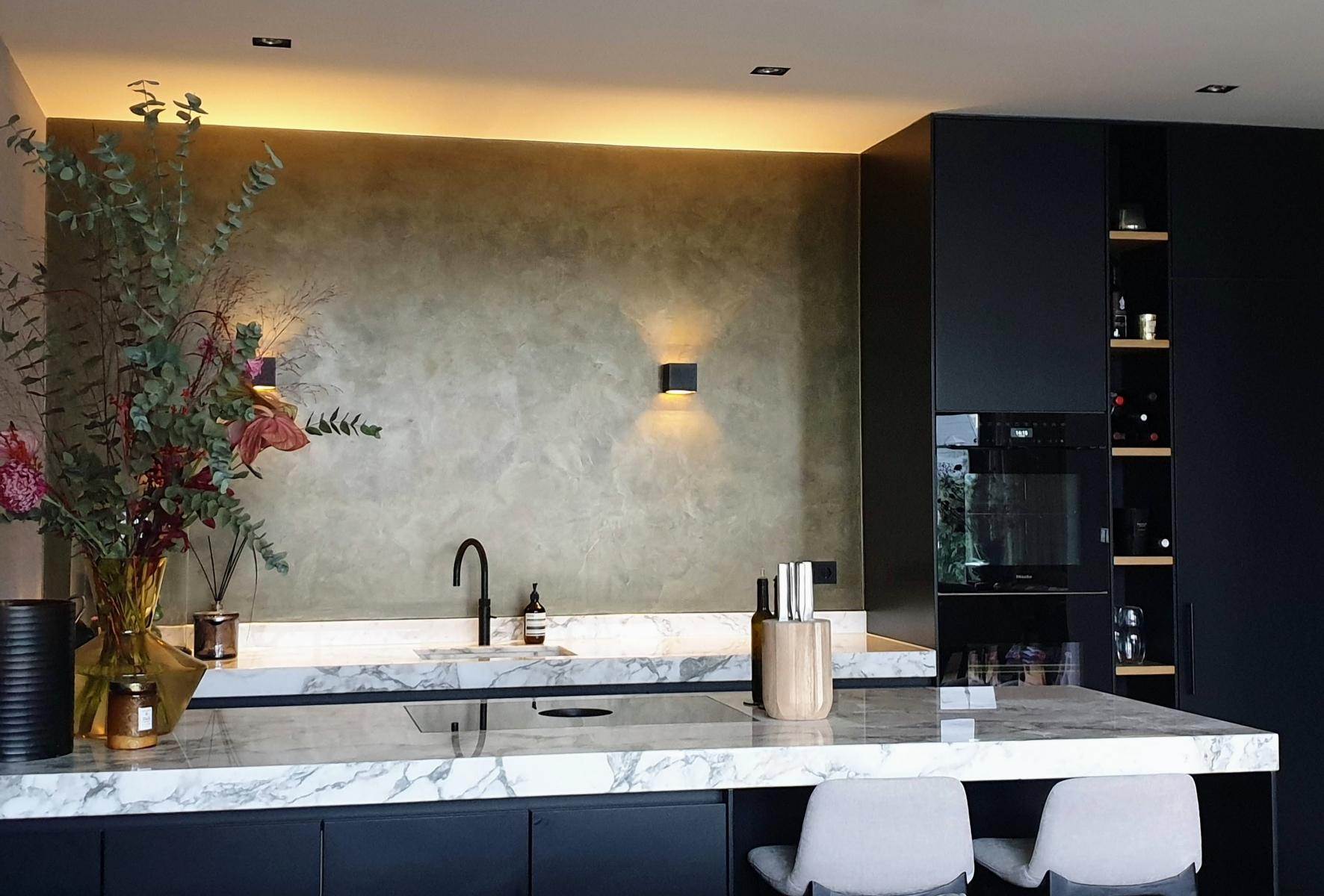 Bronzen metallic muur als keuken achterwand