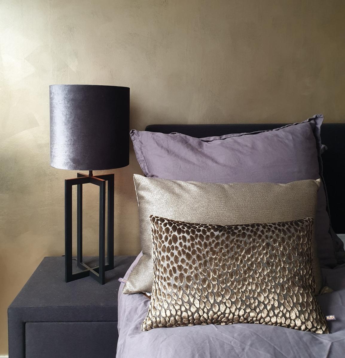 messing gouden wand achter het bed in de slaapkamer