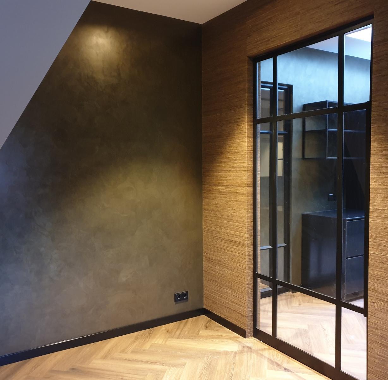 luxe metallic muur met arte behang en stalen deur
