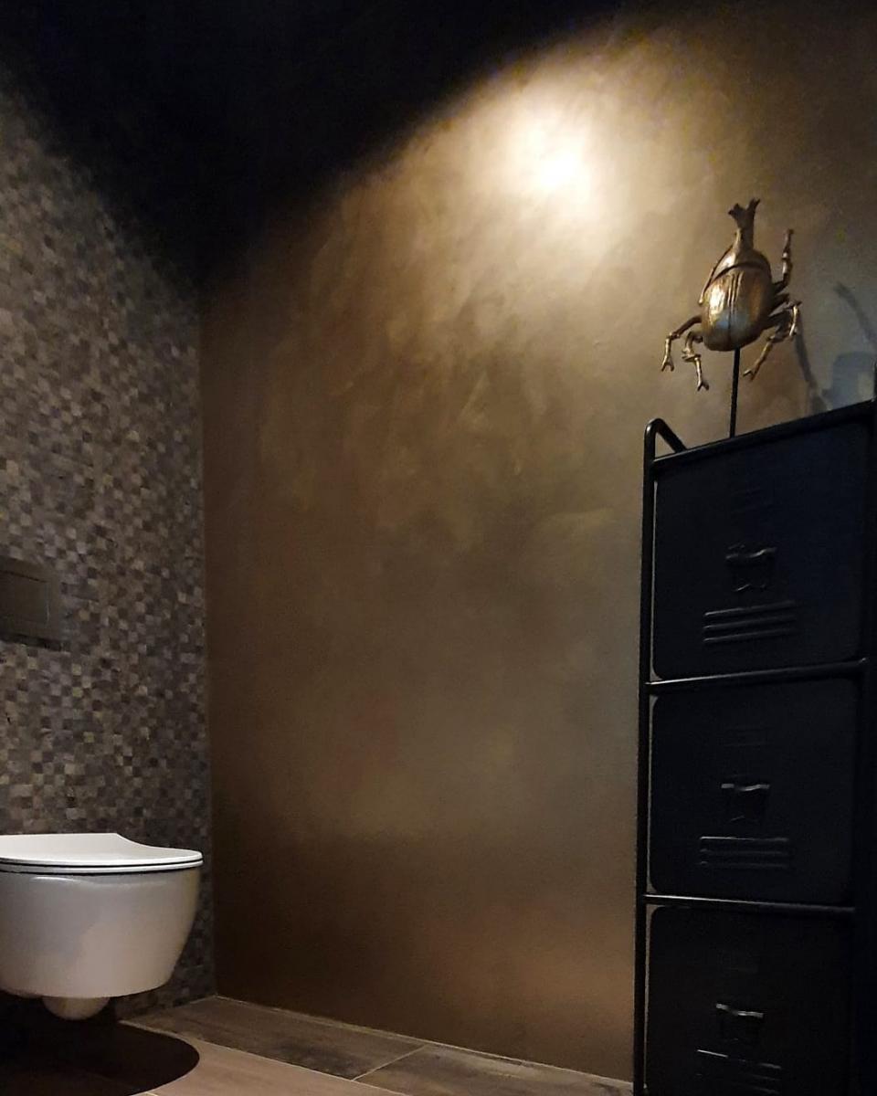 Toilet wanden in goud, messing stuctechniek