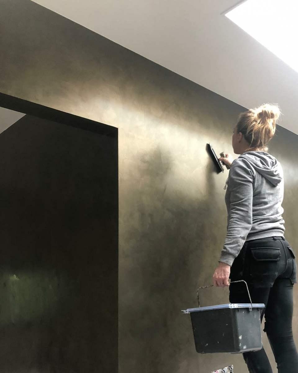 Bronzen metallic muur in stucco techniek
