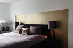 goud, messing vlak achter het bed, slaapkamer
