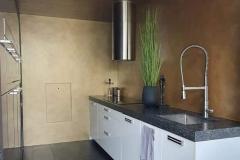 Keuken wanden in gouden, messing stucco techniek